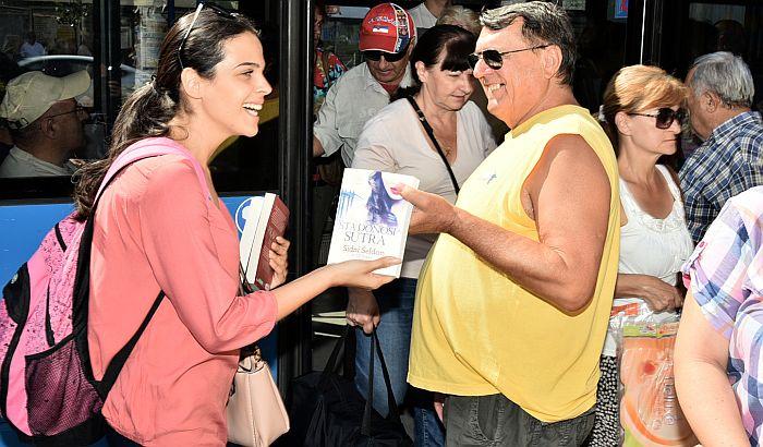 Počela podela knjiga u gradskim autobusima