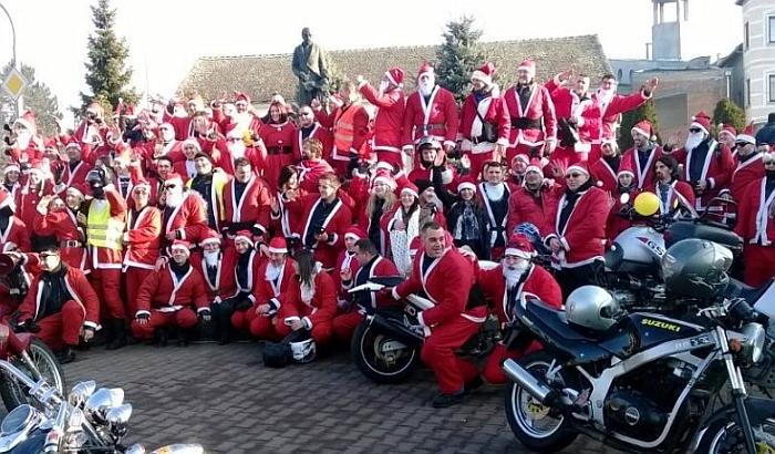 Moto Deda Mrazovi 30. decembra dele slatkiše mališanima u Novom Sadu