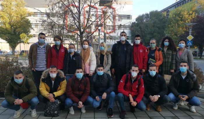 FOTO: Studenti Medicinskog fakulteta u Novom Sadu pomažu medicinarima u KCV u borbi protiv kovida
