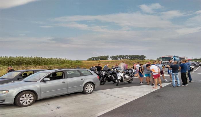 FOTO: I danas pojedini putevi u blokadi zbog poskupljenja goriva