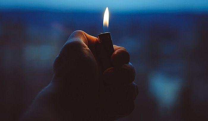 Životno ugrožen mladić koji se zapalio ispred firme iz koje je otpušten
