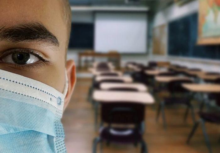 Đaci od sutra ponovo u klupama, prosvetari tvrde da ministar ignoriše epidemiju