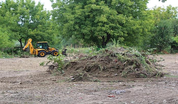 FOTO: Čisti se prostor za novi park između Detelinare i Novog naselja
