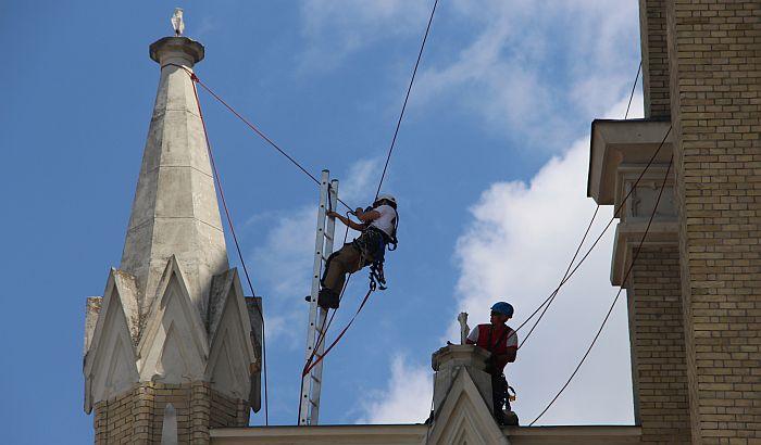 I dalje otpadaju delovi fasade Katedrale, bez obnove ove godine