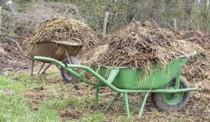 Kasni odnošenje baštenskog otpada na Klisi, Vidovdanskom naselju, Slanoj bari
