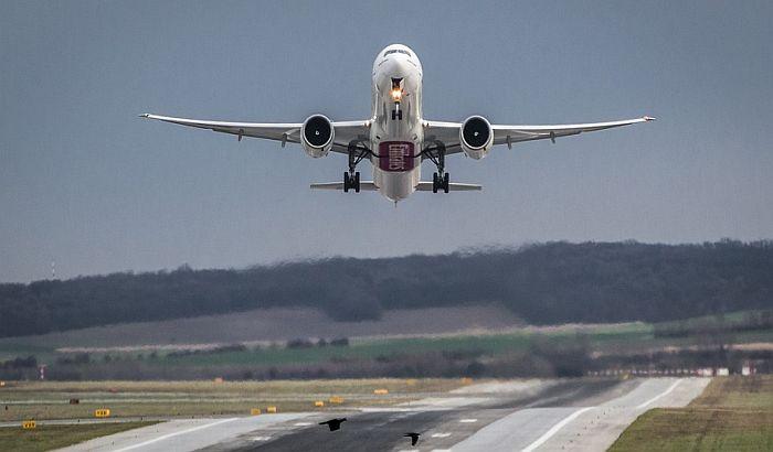 Avion sa 326 putnika prinudno sletelo jer je pilot prosuo kafu