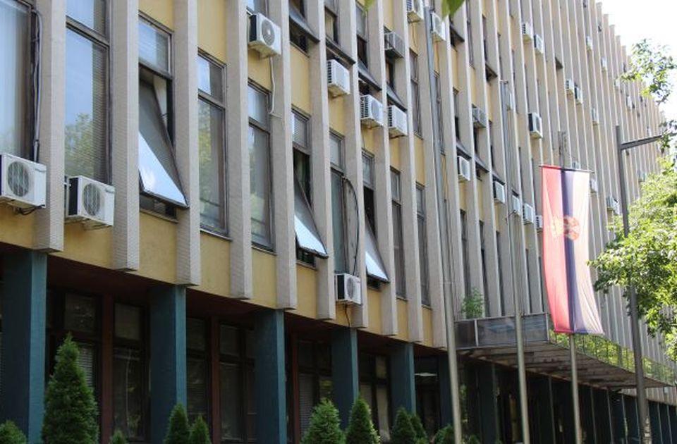 Radnica novosadske Poreske uprave puštena da se brani sa slobode