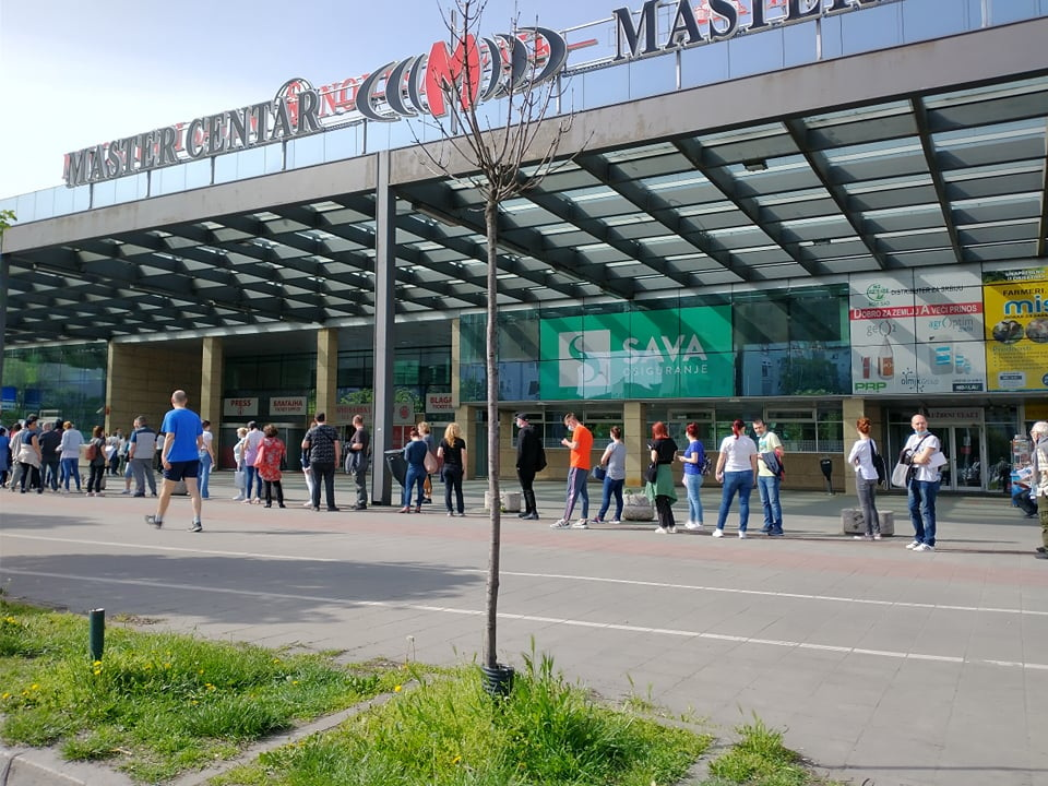 FOTO: Red za vakcinaciju ispred Novosadskog sajma