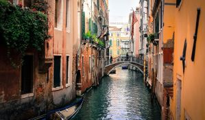 Venecija uvela kazne za prostitutke i za turiste koji se kupaju u kanalima