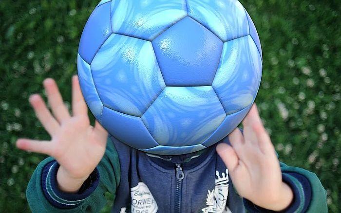 Deci u Velikoj Britaniji zabranjeno da udaraju loptu glavom
