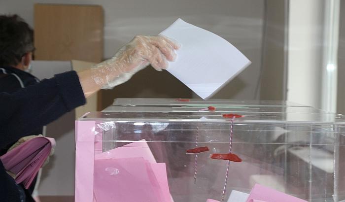 Izbori na pet biračkih mesta u Šapcu, građani izlaze da glasaju po treći put