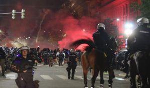 Beograd: Baklje i suzavac ispred Skupštine, juriš Žandarmerije na demonstrante