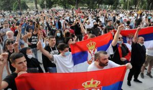 Niš: Više hiljada ljudi na protestu, jajima gađali SNS, policiju, aplauz za medicinare