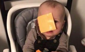 VIDEO: Bizaran internet izazov - bacaju sir u lice bebama