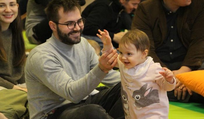 FOTO: Bebe uživale u koncertu klasične muzike u Galeriji Matice srpske, pojedine se i oprobale na klaviru