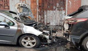 FOTO: Opozicionom odborniku iz Sremskih Karlovaca zapaljen automobil u Novom Sadu