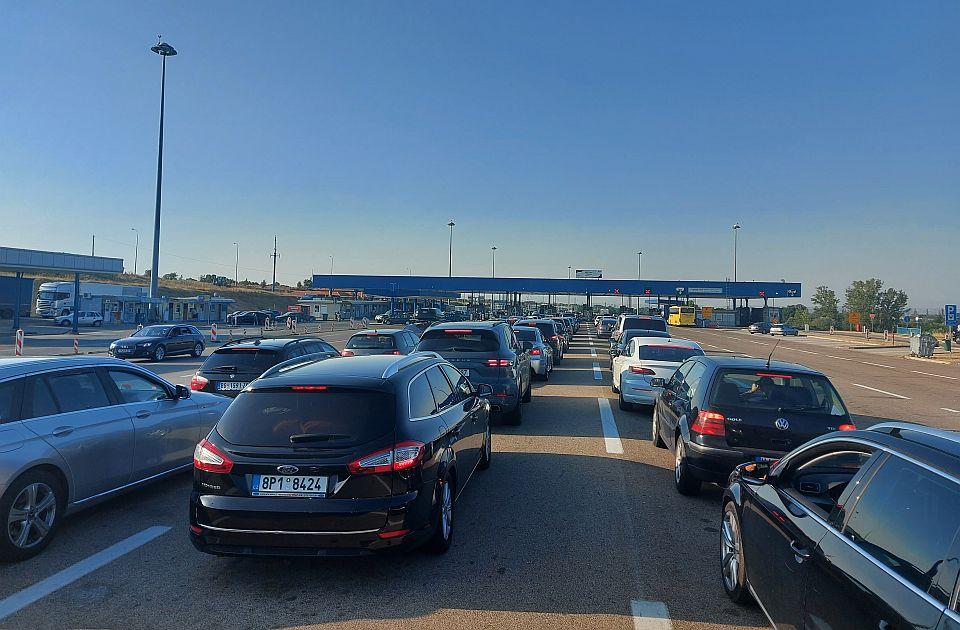 Smena turista, na granici se čeka do dva sata