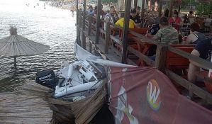 FOTO: Čamac udario u kafić na Štrandu