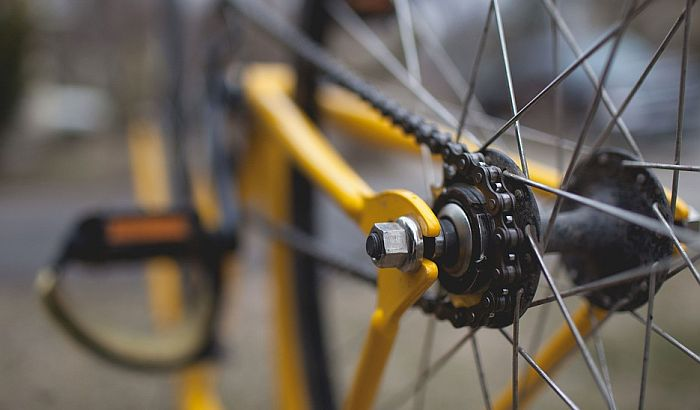 Oboren biciklista na Bulevaru Evrope, bez svesti prevezen u Urgentni centar