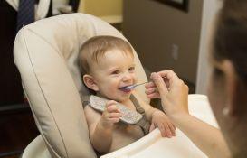 Znaci da je beba spremna za čvrstu hranu