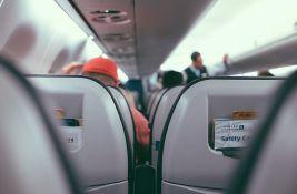 Muškarac iskočio na pistu iz aviona u pokretu