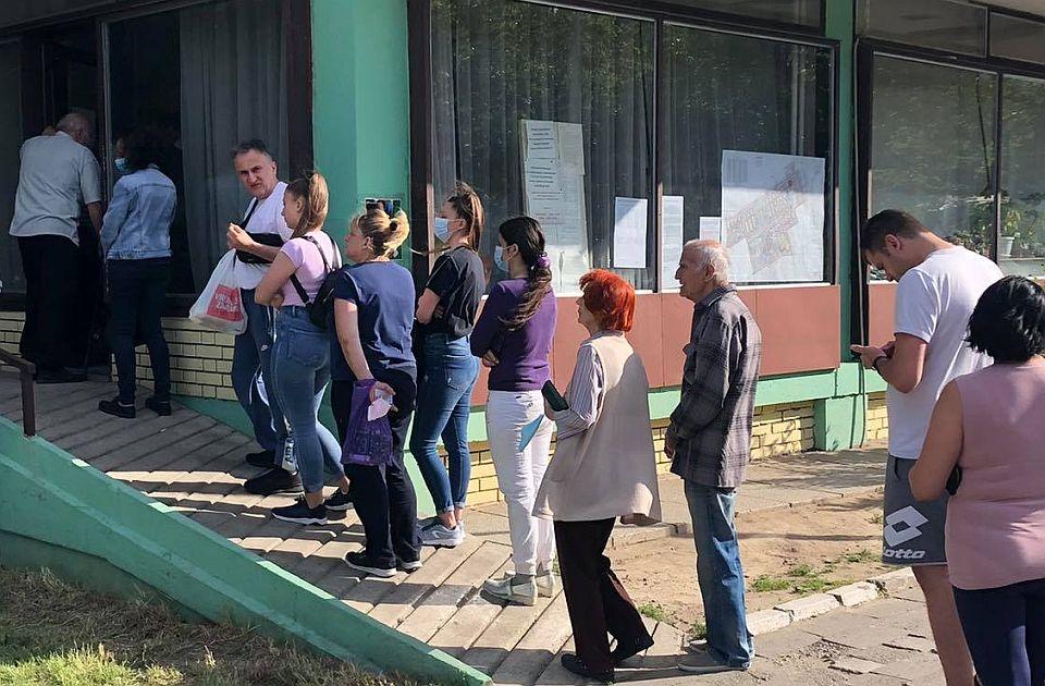 """Izbori u mesnim zajednicama: """"Aktivisti SNS ispred birališta navode građane za koga da glasaju"""""""