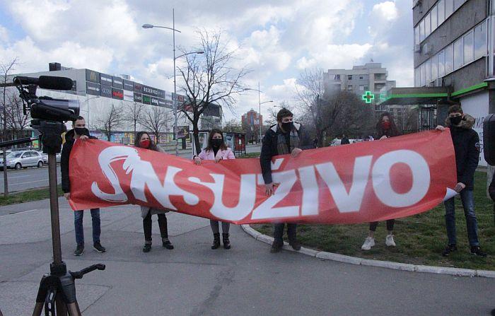 Pretnje redakciji portala NS uživo, ispred zgrade transparent da su SNS uživo