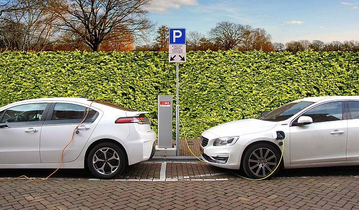 Merkel: Do 2030. milion punjača za električna vozila