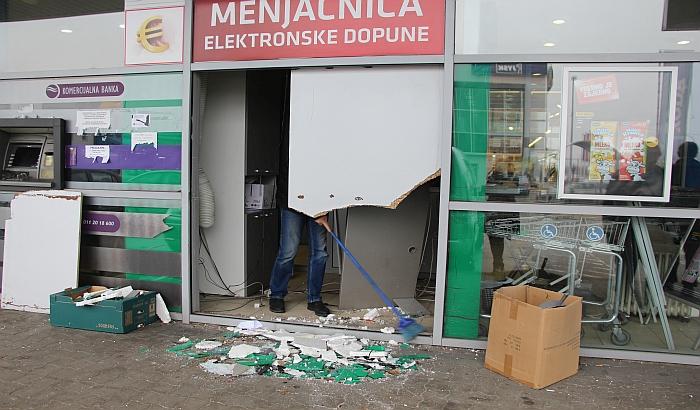 FOTO: Kolima uleteo u menjačnicu na Bulevaru vojvode Stepe i odneo sef