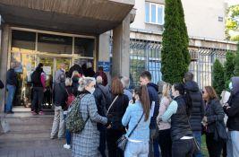 FOTO, VIDEO: Pobuna ispred šalter sale novosadske policije, više od 100 građana uzalud čekalo u redu