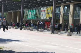 FOTO:  Gužva ispred Novosadskog sajma, građani čekaju revakcinaciju