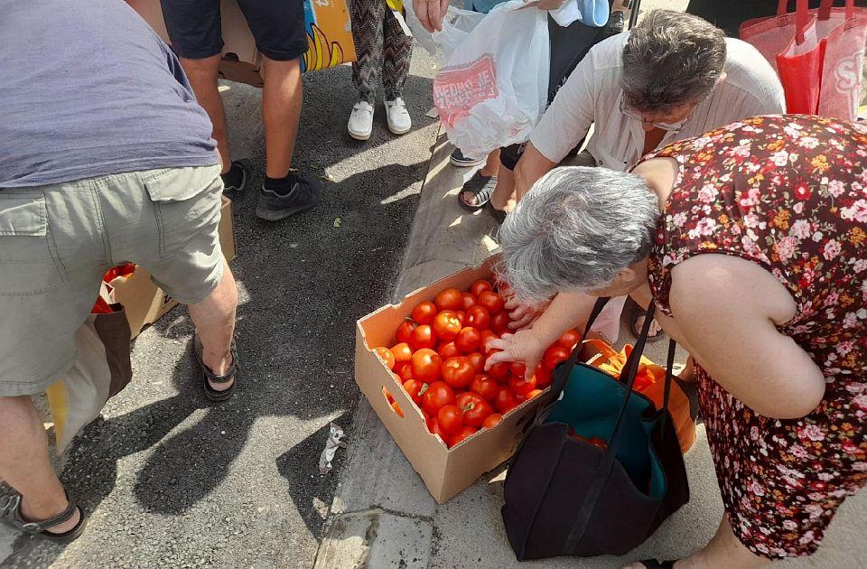 Nezadovoljni poljoprivrednici besplatno delili paradajz, traže da se spreči uvoz
