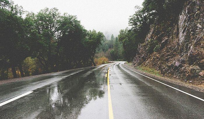 U većem delu zemlje slaba kiša otežava vožnju