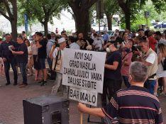 VIDEO: Protest zbog prebijanja aktiviste ispred zgrade suda u Novom Sadu