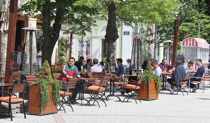 Vučić: Od sledećeg vikenda moguće produženje radnog vremena kafića