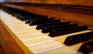 Novosadski srednjoškolci i osnovci večeras sviraju klavir za Ginisa