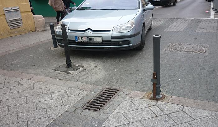 FOTO: Ponovo popravljeni stubići da vozači ne ulaze u pešačku zonu u centru