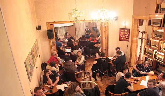 FOTO: Rekordna poseta na kvizu opšteg znanja u Radio kafeu