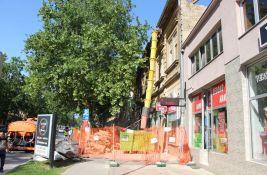 FOTO: Blokiran deo Jevrejske ulice zbog radova, stanari ostali u čudu kad je dignut krov
