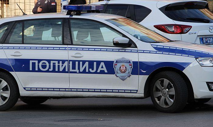 Bacali stabiljke kukuruza i betonski blok sa nadvožnjaka kod Vrbasa i oštetili sedam vozila
