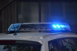 Oštetio parkirani automobil, zatvorio se u stan pa bacao nameštaj na policiju