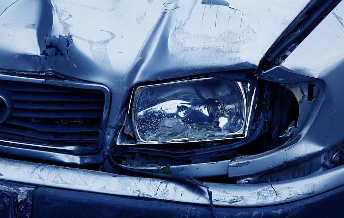 Automobil sleteo sa puta kod Rume i udario u banderu, troje mrtvih