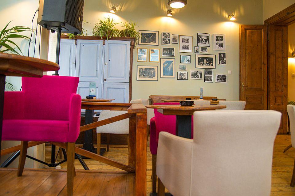 Odlučeno: Od sutra kafići i restorani mogu da rade i unutra do 22 sata, bez muzike