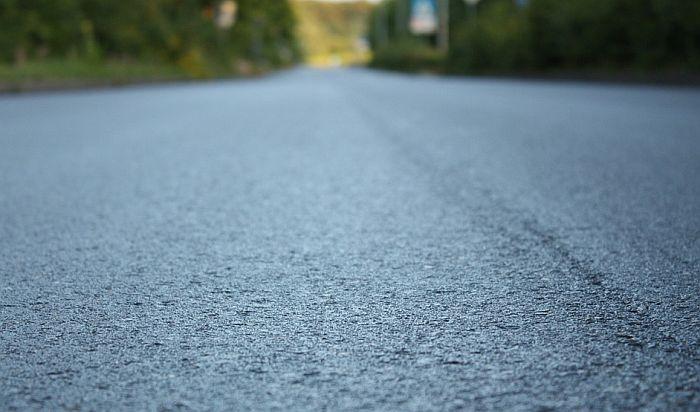 VIDEO: Rukom kopao rupu u novom asfaltu u Prokuplju, gradonačelnik tvrdi da put još nije gotov