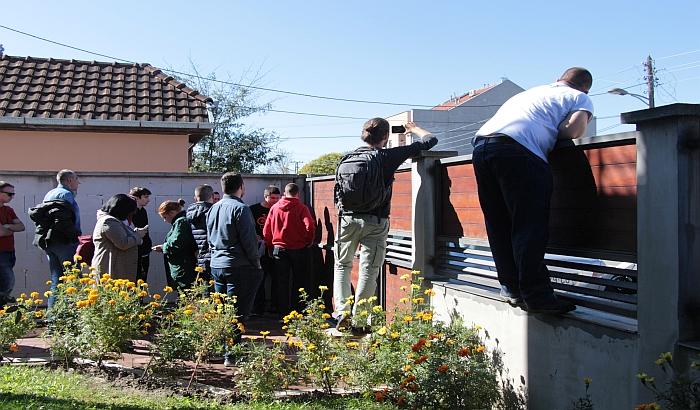 FOTO, VIDEO: Aktivisti odbranili dom porodice na Telepu, pretio im kupac stana