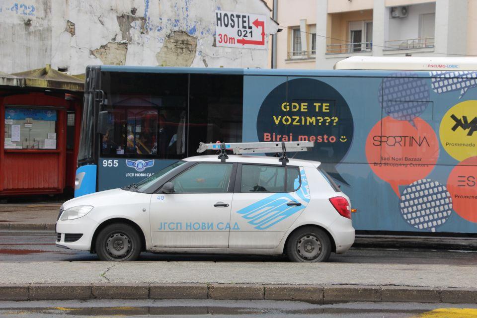 Udarili u parkiran autobus u centru, verbalno napali radnike - vozač