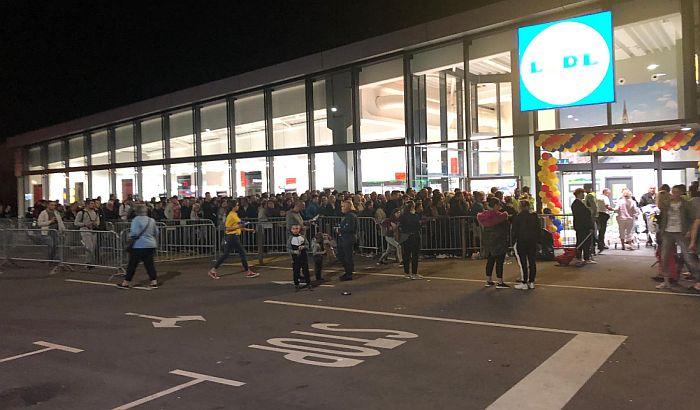 FOTO: Mrak pao, ljudi i dalje stoje u redu za