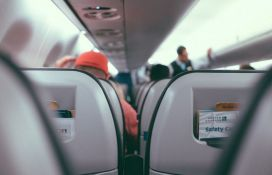 VIDEO: Otvorila izlaz za slučaj nužde da se avion malo provetri