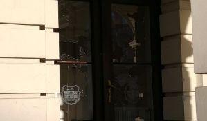 VIDEO, FOTO: Gradska kuća nakon protesta - razbijeni prozori i vrata, delovi behaton ploča i drugo smeće po hodnicima i kancelarijama