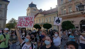 Novi Sad: Počeo protest na Trgu slobode, građani seli iz solidarnosti sa uhapšenima